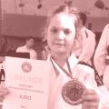 Laura mit Medaille und Urkunde
