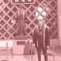 Renée mit einem Denkmal für Jigoro Kano (Erfinder des Judo)